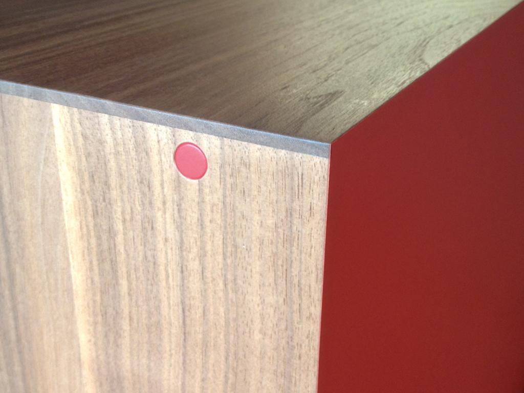 Meuble pour vinyles bois noyer interieur laque rouge - inoow design 2014 - detail 1